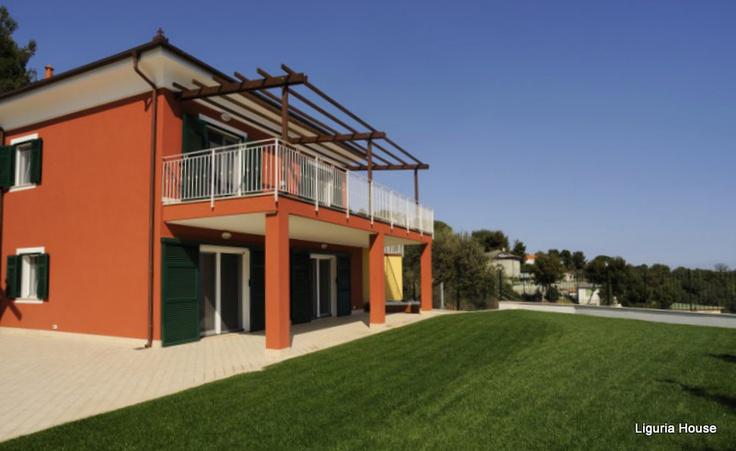 Современная вилла   в эксклюзивном курортном городе Алассио  расположена на  холме в тихом и зеленом   окружении, 10 минутах от моря. Вилла с видом на Лигурийское побережье и природный пейзаж,  имеет    прихожую, гостиную с панорамными окнами, кухню, 3 спальни, 4 ванные комнаты. Просторную террасу с   видом на город Алассио е море. Характеристики , огороженая зеленая территория, парковка, видеодомофон,   открытая ванная джакузи размером  180 Х 80, вилла оборудована  кондиционером.