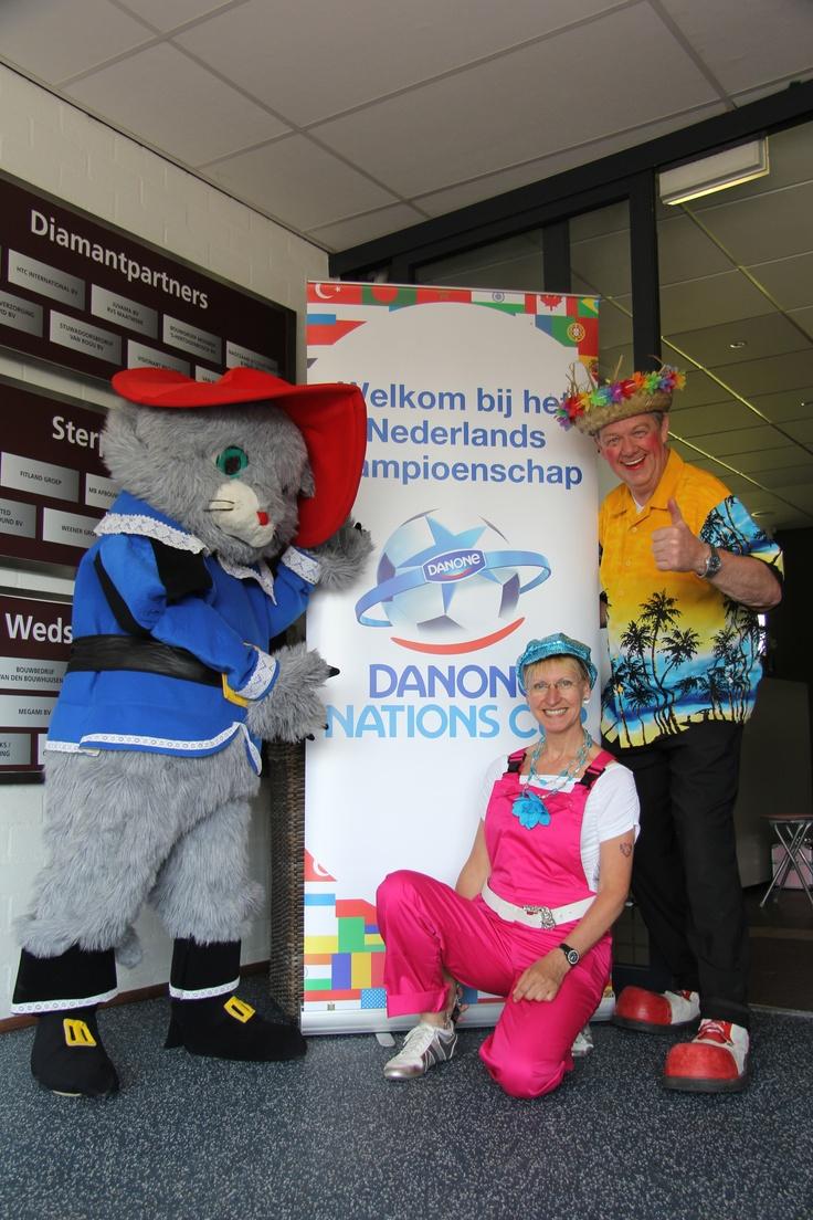 Looppop Gelaarsde Kat, Glitter & Glamour Mobiel en Richard Papegaaien, Ballonnen en Goochel Show - http://www.funenpartymatch.nl/tropicalparty.html#papegaai