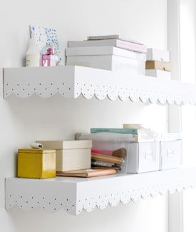 #DIY Wall shelf with lace - #101woonideeen.nl - Dutch interior and crafts magazine. To bad it's not in English.  Love the scallop idea for shelves in the girls room.