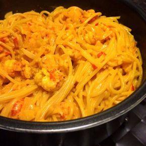 Saffransdoftande pasta med kräftstjärtar, chili, vitlök och tomat