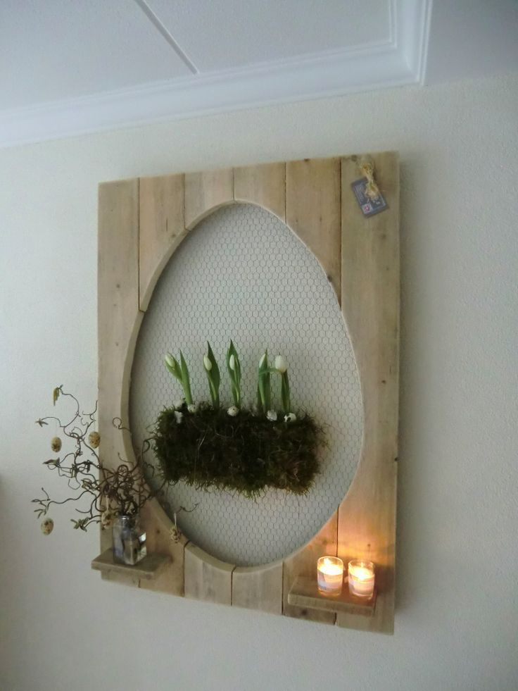 Leuk idee voor pasen. Houten bord met een vorm van een ei bekleed met kippegaas.