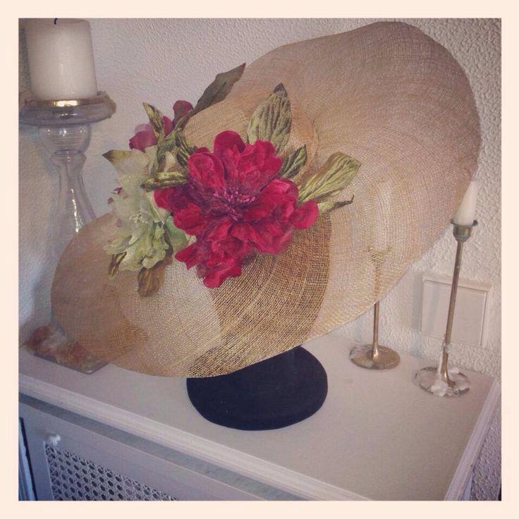 Pamela dorada con flores de terciopelo granate y verde CarideNicolas Tocados
