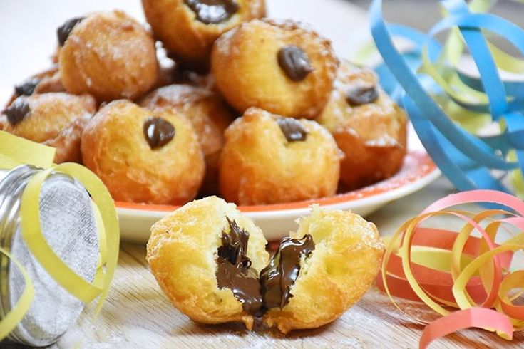 Le bignole di carnevale con Nutella sono dei dolcetti perfetti per tutta la famiglia, da poter servire anche con crema pasticcera. Ecco la ricetta