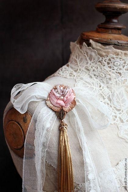 Купить или заказать Кулон- брошь 'А роза упала на лапу Азора)' в интернет-магазине на Ярмарке Мастеров. Посмотрела на неё, подумала и сделала так, что брошь будет можно носить в виде кулона!!! На шелковой ленте нежно-розового цвета! В вышивке - шелковые ленты, канитель, натуральный жемчуг, пайетки, бисер, бусины, стеклярус Кисть из винтажной металлической бахромы!