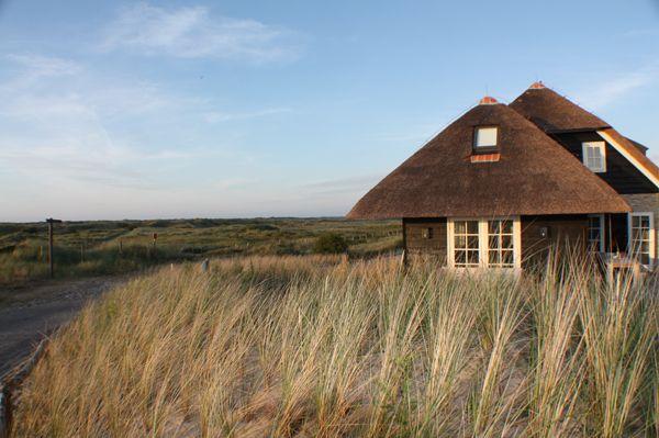 Ameland- Duinvilla Kwikstaart (10 pers.) - Luxe villa gebouwd door 2 bevriende families met geheel vrij uitzicht over de duinen tot aan de zee. Je stapt zo het natuurgebied in. Incl. sauna, openhaard en gezellige goed ingerichte keuken. Niet goedkoop maar dan heb je ook wat.