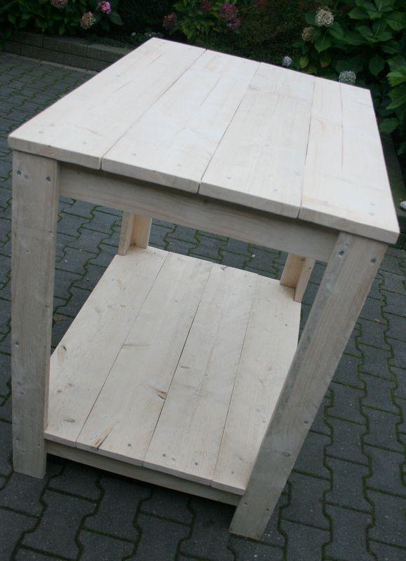 Een van nieuw steigerhout gemaakte bartafel. Handig als aanvulling op uw aanrecht, als dressoir of ander soort hoge tafel.