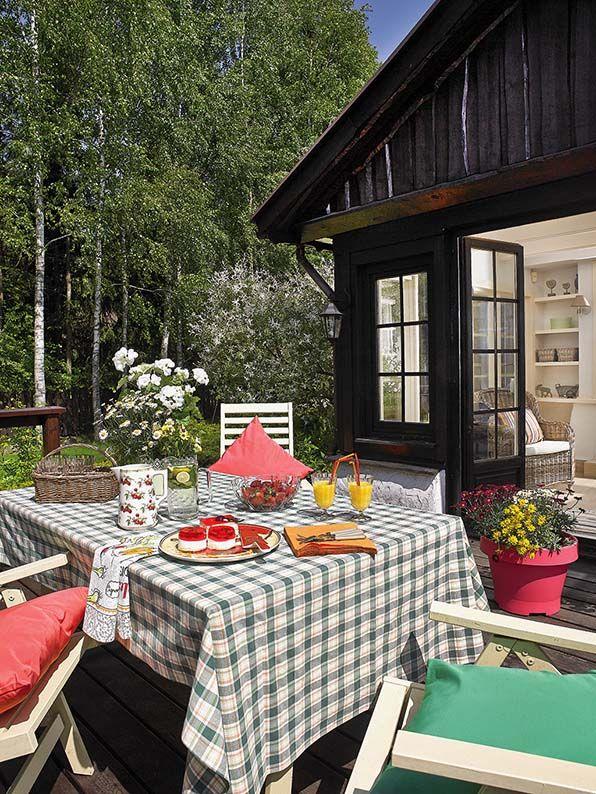 Dom pod Piasecznem, Fot. Michał Skorupski  #dom #country #styl #cerata #obrus #kratka #ogród #ogrody #taras #weranda #wiejski #farma #Piaseczno #design #stary #drewno #meble #obiad #śniadanie #rodzina #sąsiedzi