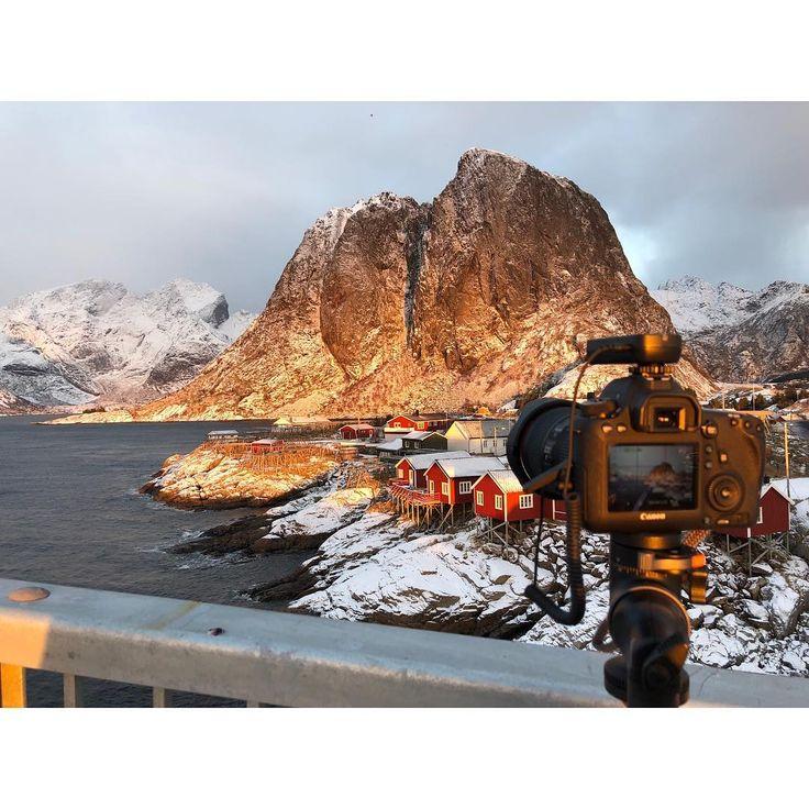 Ein MakingOf von dem wohl bekanntesten Fotomotiv in Norwegen. Das kleine Fischerdorf in Hamnøya auf den Lofoten. #norwegen #canon #urlaub #traveler #norway #visitnorway #sunrise #sonnenuntergang #sonne #redhouse #nordicnature #fotografie #hamnoy #photographer #xetifoto #6d #winter #greatview #landscaping # #lightroom #adobe #photooftheday #picoftheday #lightroommobile #cold #mountains #norway_photolovers #lofoten_photolovers #lofoten #hamnøy