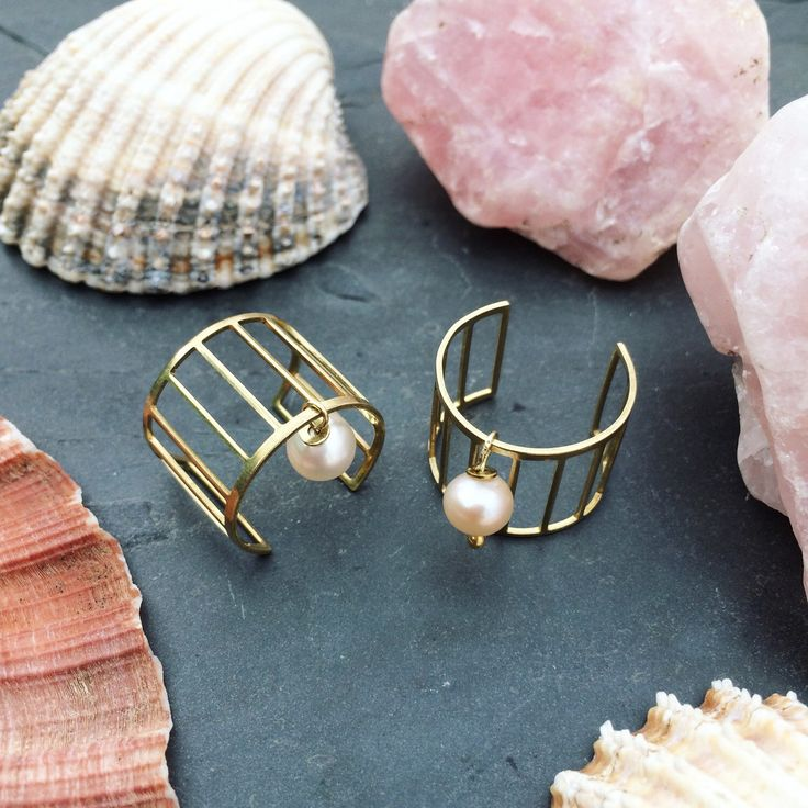 New in! The pearl charm geometric ring set. So delicate and pretty with a hint of edginess.  This is one of my personal faves 💖