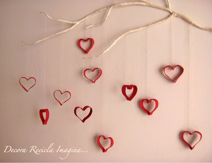 Hearts and Branch wall decor, made from cardboard toilet paper rolls or paper towel tubes, a twig, paint and string. (Instructions in Spanish.)