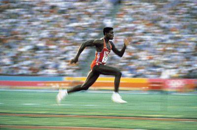 1984, 6 août. Etats-Unis, JO de Los Angeles.  Carl Lewis pendant la finale du saut en  longueur. Quatre médailles d¹or.  Davis Cannon/Allsport - Vandystadt