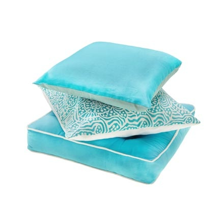 Dall'alto:  cuscino double face 40x40 cm in voile di seta e cotone, 15,90 euro  cuscino double face 45x45 cm in cotone stampato 15,90 euro  cuscino matress 45x45+8cm in cotone turchese con profilo bianco 24,90 euro