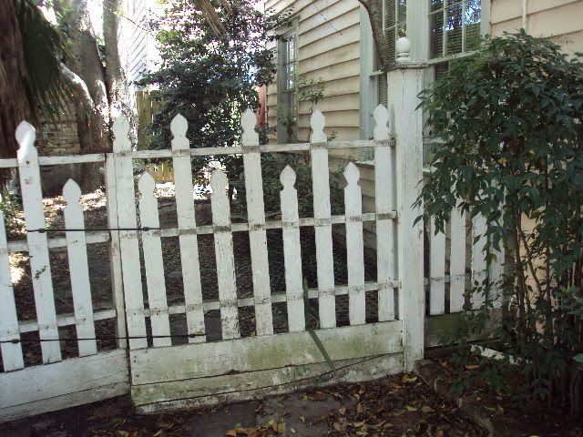Best 25 wood picket fence ideas on pinterest fence for for Charleston style fence