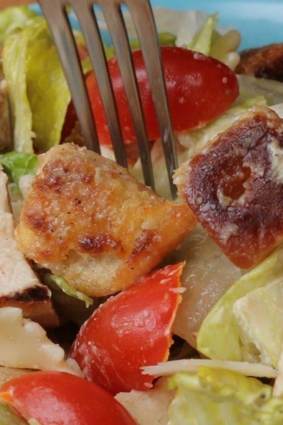 Salada de macarrão e frango.