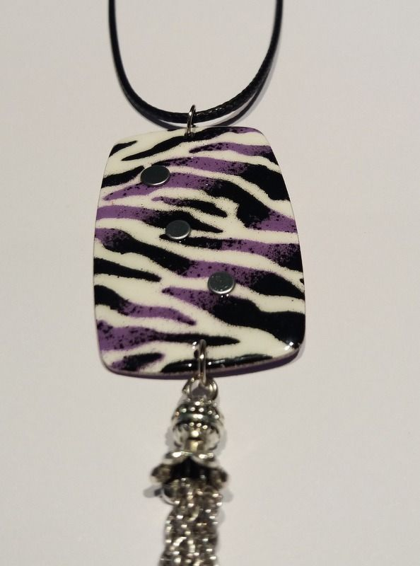 Collier avec pendentif zébré noir, violet et blanc