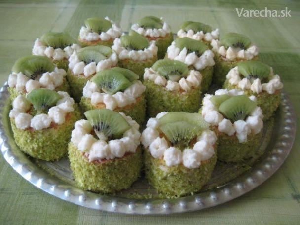 Slávnostne vyzerajúce tortičky z piškótového cesta, plnené vanilkovým krémom, obalené v kokose, ozdobené plátkami kivi.