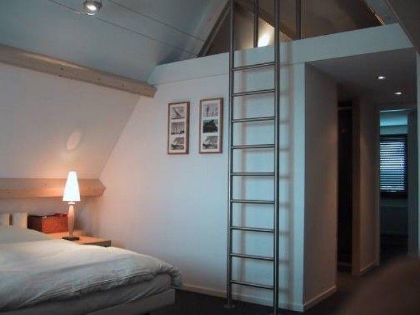 25 beste idee n over kleine slaapkamer op zolder op pinterest slaapkamers op zolder - Idee kast onder helling ...