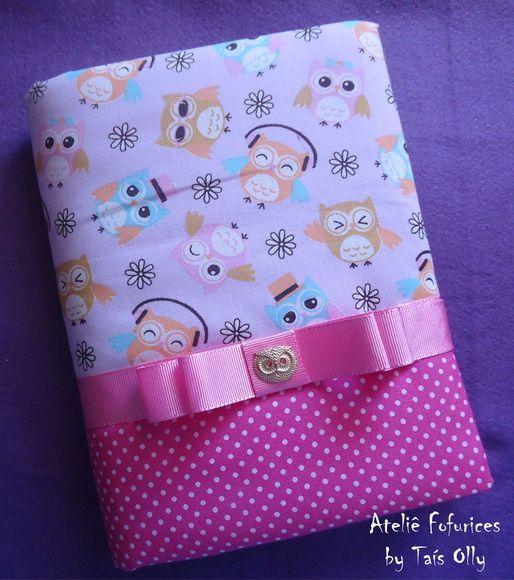 Capa para caderno feita em tecido de corujinha e poá, decorado com laço chanel e pingente dourado de coruja. *Acompanha caderno de 200 folhas. R$ 40,00