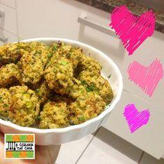 Tem arroz integral e brócolis em casa? Dá uma variada e faz esses bolinhos que são práticos e deliciosos! Bolinhos de arroz integral e brócolis Ingredientes: 1/3 de um brócolis americano 1/2 xícara de arroz…