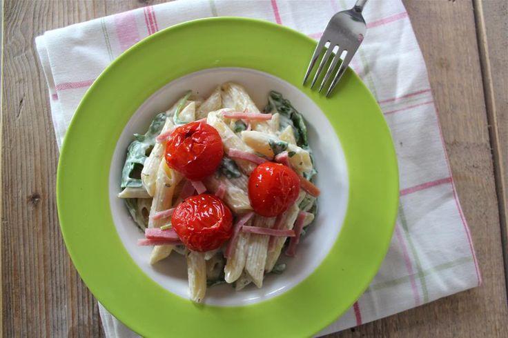 Een lekker en simpel pastagerecht dat binnen 30 minuten op tafel staat: pasta met boursin, tomaatjes uit de oven, hamreepjes en rucola