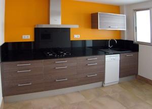 Foto de reforma de cocina moderna con puerta lisa color gris, encimera granito negro y pared pintada naranja