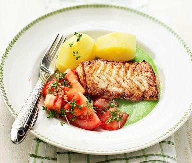 Stekt torsk med ärtsås och tomatsallad | Stekt torsk med ärtsås och tomatsallad är ett riktigt fräscht och färggrant fiskrecept som du gör av bland annat torskfilé (stekt i smör), tomat, krasse, gröna ärter, vitlök, mjölk och lime. Resultatet blir en god och smakrik middag som passar de flesta i familjen!