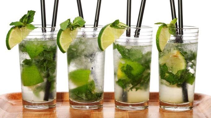 L'été sera chaud, l'hiver aussi, le temps sera donc aux cocktails.Et pourquoi ne pas apprendre à faire des mojitos pour vos soirées estivales et même hivernales ?Cett