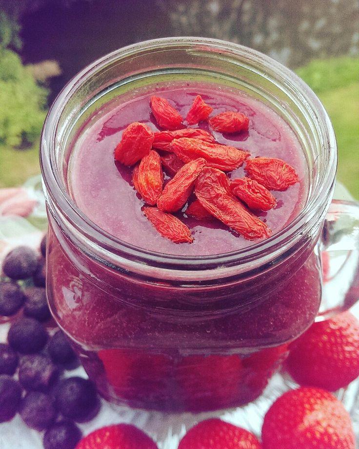 Een heerlijke smoothie gemaakt van aardbeien, bosbessen en goijberries. Gezond en lekker!