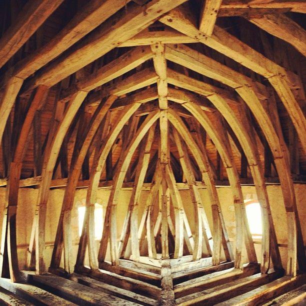 Focus sur la très jolie #charpente de la #Tour de #Vesvre en coque de #bateau renversée à visiter tous les #weekend jusqu'en novembre #neuvydeuxclochers #berryprovince #cher #patrimoine #bois