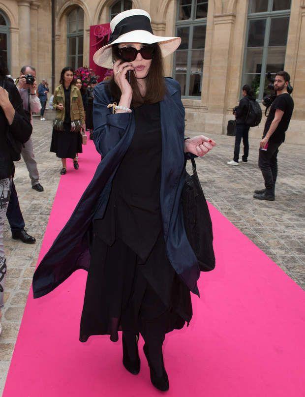 Isabelle Adjani au défilé Schiaparelli Haute Couture automne-hiver 2016-2017.