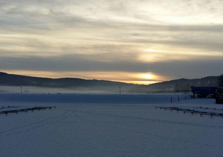 Uitzicht van de ondergaande zon in de haven van Lipno.