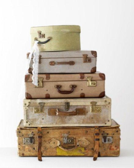 Vintage koffers, decoratief en praktisch voor opruimen van sjaals, papieren enz. Kijk in de grote loods (750m2) van www.old-basics.nl voor vergelijkbare oude koffers. Op de website staan grotere meubels en accessoires in landelijke stijl!