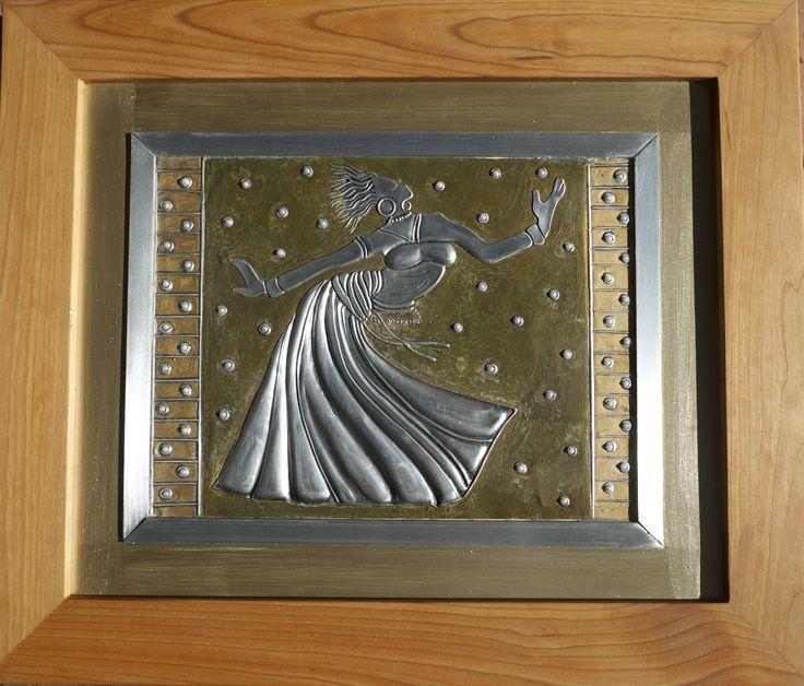 Bailando repujado en aluminio, pintado con acrilico