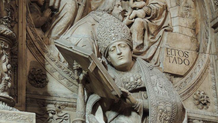 Detalle del sepulcro de Alonso Fernández de Madrigal.Sepulcro del prelado espáñol Alonso Fernández de Madrigal (1410-55), Obispo de Ávila y conocido como el Tostado. Se encuentra en la catedral de Ávila, (España).