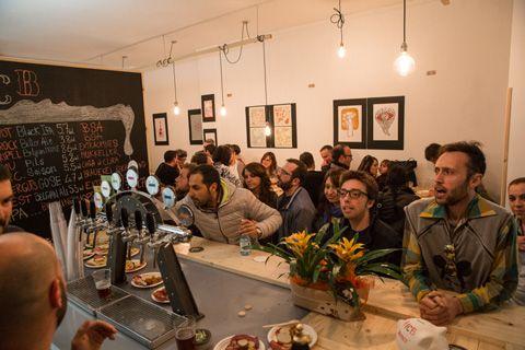 Il Minimo Circolo Birraio festeggia il suo primo anno di attività. Il circolo Acli di via Marche 82/b, dedicato esclusivamente alla birra artigianale, sabato 23 e domenica 24, organizza una due giorni ricca di eventi: street food, musica dal vivo e ben quindici spine per diverse tipologie di birra,