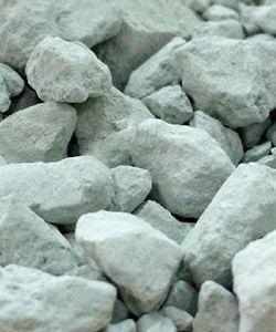 En analysant chimiquement l'argile verte, on lui a découvert de nombreux éléments, mais la façon dont elle agit reste encore une énigme pour les scientifiques. La nature recèle encore des mystères que l'humanité ne saura expliquer que lorsqu'elle aura acquis l'humilité suffisante pour cela. http://www.sos-detresse.org/conseils-pratiques/argile.htm