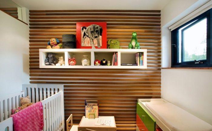 Деревянные панели на стене позволяют зрительно увеличить пространство детской комнаты.