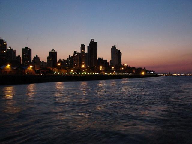 Anochecer Rosarino desde el Rio Parana