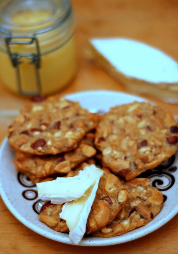 """Nötkex (only """"two"""" ingredients; eggs and nuts) 2 eggs      1 cup almonds      1 ½ cups salted peanuts      1 cup cashews  Chop the nuts. Beat the eggs slightly and stir in chopped nuts. Spoon out the mixture into small balls on a baking sheet with parchment paper, flatten and bake about 10 minutes at 175 degrees.: Beats, Cups Almonds, Cups Salts, Baking Sheet, Cups Cashew, 175 Degree, 1 2 Cups, Bake, Parchment Paper"""