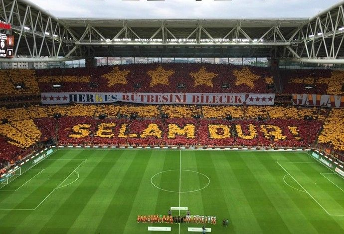 Mosaico torcida Galatasaray x Besiktas (Foto: Reprodução / Twitter)