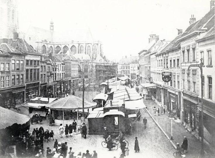 Kermis eind jaren 20 in de binnenstad van Breda..