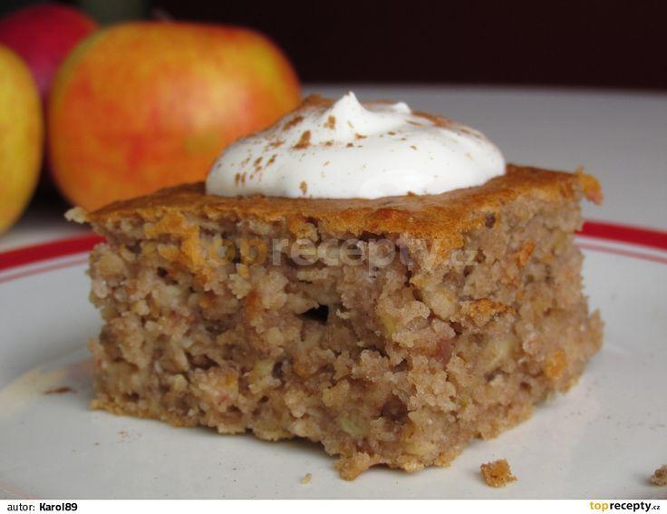 Vše kromě nastrouhaných jablek pořádně šlehačem smícháme dohromady, pak přimícháme vařečkou nastrouhaná jablka. Je to opravdu tekuté těsto, takže...