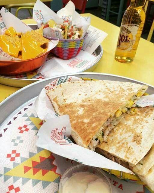 @Quessantillias στο #HolaMexicana σημαίνει . Απίθανες #Μεξικάνικες γεμιστές Τορτίγιες #LoveTortillia ***Μια #Πάνω - ***Μια #Κάτω και στη μέση | ? | ότι τραβάει η όρεξη και η διάθεση σας , δοκιμάστε και συνδυάστε σαλάτες και κρέατα , λαχανικά και όσπρια... #HolaYolo  Οι επιλογές πολλές και οι γεύσεις #SuperMexican Order 📞 231 024 0700 Order Online www.holamexicana.gr 😈 Πικάντικο Μόνο αν θέλετε !