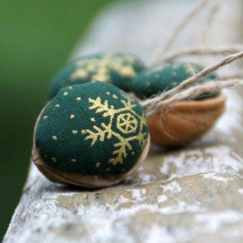 Retro Vánoční ozdoby - oříšek zelený s jutou