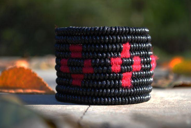 BRĂȚARĂ - țesătură ață cerată și ață din lână pe cablu industrial; timp de lucru 4 ore - / BRACELET - tissue of waxed thread and wool thread on electric cable; time 4 hours -