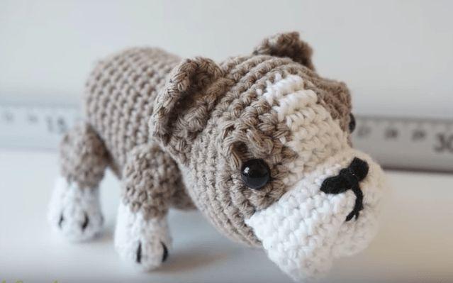 Patrón gratis amigurumide perro bulldog de Canal Crochet Espero que os guste tanto como a mi! Idioma: Español Visto en la red y colgado en mi pagina. Patrón: