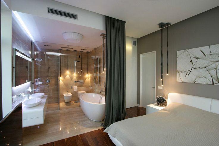 Bad und Schlafzimmer mit Vorhang abgetrennt