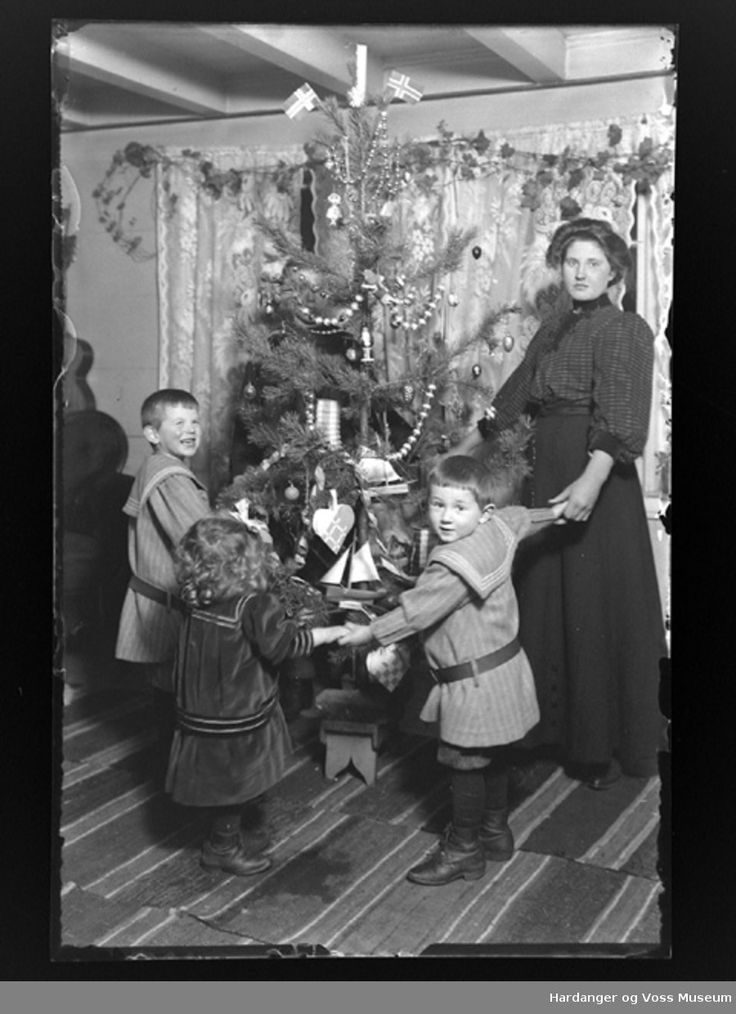 Christmas in Norway. Glimpse from the collection: Christmas in vallavik, early 1900-TAL. Photographer Anders p. Wallevik