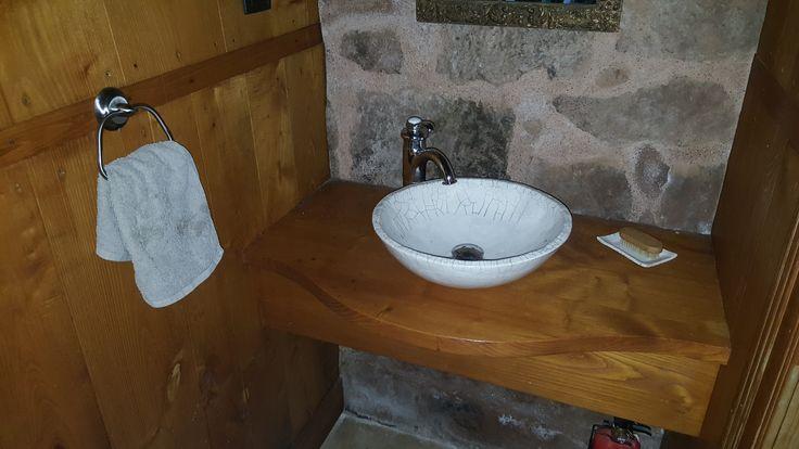 Vasque Raku écru dans l'Aveyron.