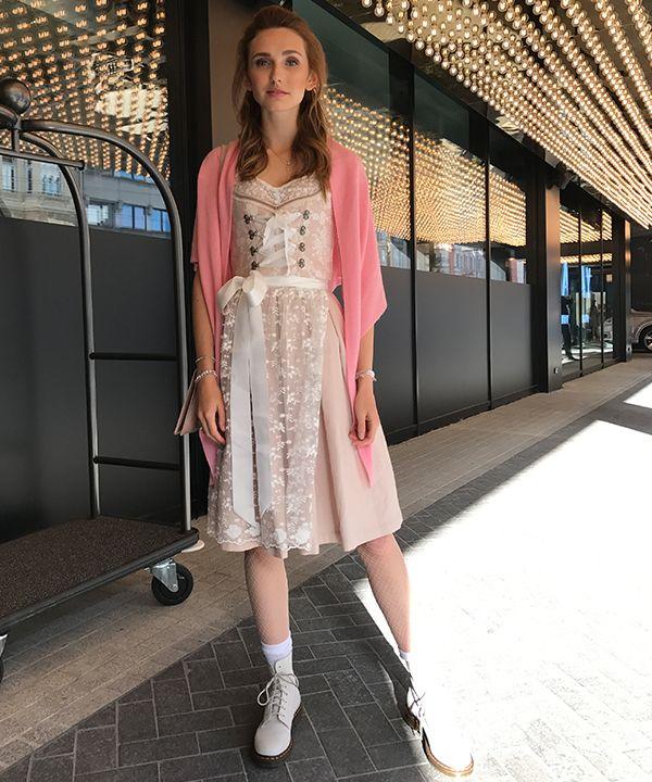 Mit diesem zarten Dirndl-Look erobert Model Anna Wilken die Wiesn 2017.Mit ihrer Teilnahme bei Heidi Klums Casting-Show Germanys next Topmodel wurde Anna deutschlandweit bekannt. Heute ist sie als Modell auf den Laufstegen der Welt vertreten und hat bereits für viele namhafte Designer gearbeitet. In diesem Jahr war sie zum ersten Mal auf der Wiesn unterwegs! …